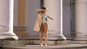 Положительные танцы бизнес-леди в улице видеоматериал