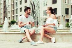 Положительные услаженные молодые люди смотря один другого стоковые фото