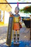 Положительный знак, деревянная статуя римского солдата, перемещение Португалия, архитектура Faro средневековая и историческая гор Стоковое Фото