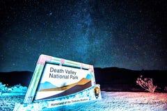 Положительный знак к национальному парку Калифорнии Death Valley на ноче Стоковое Фото