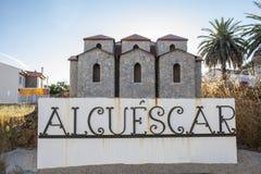 Положительный знак малой деревни Alcuescar с моделью s Стоковая Фотография RF