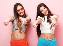 Положительный портрет друзей 2 счастливых девушек - смешных сторон, emo Стоковое Фото