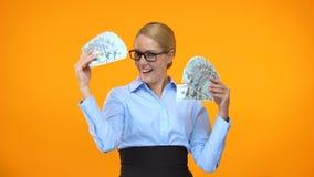 Положительный работник банка держа руки долларов, программу депозита, обслуживание наличных денег назад акции видеоматериалы