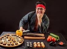 Положительный шеф-повар отдыхая после рабочего дня стоковая фотография