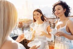 3 положительных славных женщины sipping пить Стоковые Изображения RF
