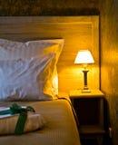 положите абажур в постель стоковое фото rf