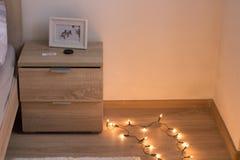 положите бортовые картинную рамку и пол в постель стола с светами стоковая фотография rf