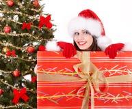 положите вал в коробку santa шлема девушки подарка ели рождества Стоковые Изображения RF
