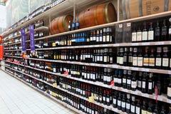 положите вино на полку супермаркета Стоковое фото RF