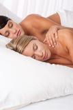 положите в постель вниз с лежать 2 белых женщины молодой Стоковая Фотография