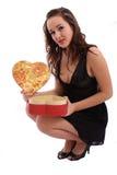 положите детенышей в коробку женщины Валентайн удерживания s подарка дня Стоковые Изображения RF