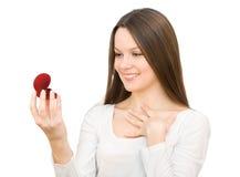 положите детенышей в коробку женщины jewellery подарка красных Стоковые Фото
