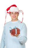 положите детенышей в коробку настоящего момента s santa человека удерживания шлема Стоковая Фотография RF