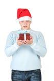 положите детенышей в коробку настоящего момента s santa человека удерживания шлема Стоковая Фотография