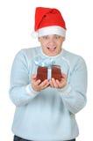 положите детенышей в коробку настоящего момента s santa человека удерживания шлема Стоковые Изображения