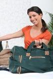 положите ее женщину в мешки перемещения упаковки Стоковая Фотография RF