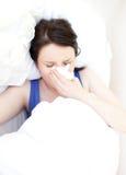положите ее ослабляя больных детенышей в постель женщины Стоковые Фотографии RF