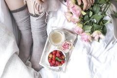 положите завтрак в постель романтичный Букет роз и душистого кофе утра свежие клубники Доброе утро, в скомканной кровати Стоковая Фотография RF