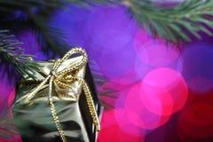 положите золото в коробку подарка Стоковая Фотография RF