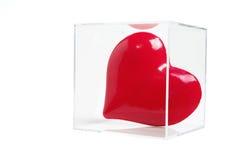 положите красный цвет в коробку влюбленности сердца пластичный Стоковое Изображение RF