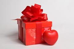 положите красный цвет в коробку подарка Стоковая Фотография RF