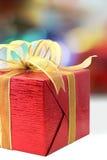 положите красный цвет в коробку подарка Стоковые Фотографии RF
