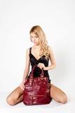 положите красный цвет в мешки девушки Стоковое Фото