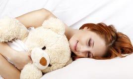 положите лежа мягкую женщину в постель игрушки стоковые фотографии rf