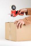 положите ленту в коробку запечатывания упаковки Стоковое Изображение RF