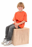 положите мальчика в коробку красивого Стоковая Фотография RF