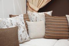 положите много подушек в постель Стоковая Фотография RF