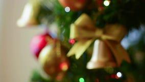 Положите орнаменты рождества фокуса и электрические света на полку на дереве сток-видео