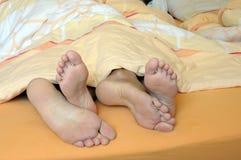 положите пар в постель Стоковые Фотографии RF
