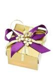 положите подарок в коробку малый стоковая фотография