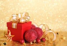 положите подарок в коробку рождества стоковое фото