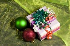положите подарок в коробку рождества Стоковые Фотографии RF
