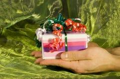 положите подарок в коробку рождества Стоковые Изображения RF