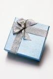 положите подарок в коробку Стоковая Фотография RF