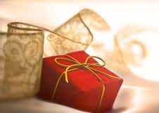 положите подарок в коробку стоковые изображения