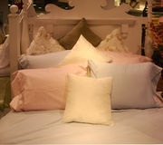 положите полные подушки в постель Стоковая Фотография