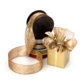 положите праздничный оборачивать в коробку тесемок подарка Стоковая Фотография RF