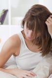 положите разочарованную женщину в постель Стоковая Фотография RF