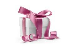 положите розовую присутствующую тесемку в коробку Стоковые Изображения
