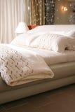 положите серый цвет в постель стоковая фотография
