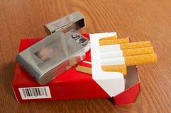 положите сигарету в коробку Стоковое Изображение RF