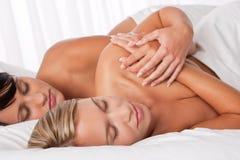 положите спать в постель 2 белых женщины молодой Стоковые Изображения RF