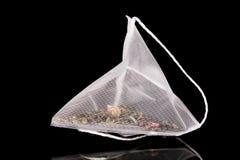 положите чай в мешки стоковые фото