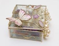 положите ювелирные изделия в коробку Стоковые Изображения RF