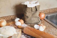 Положите яичка и вращающую ось в мешки лежа на кухонном столе Стоковые Фотографии RF