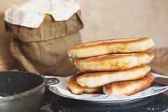 Положите яичка и вращающую ось в мешки лежа на кухонном столе Стоковая Фотография